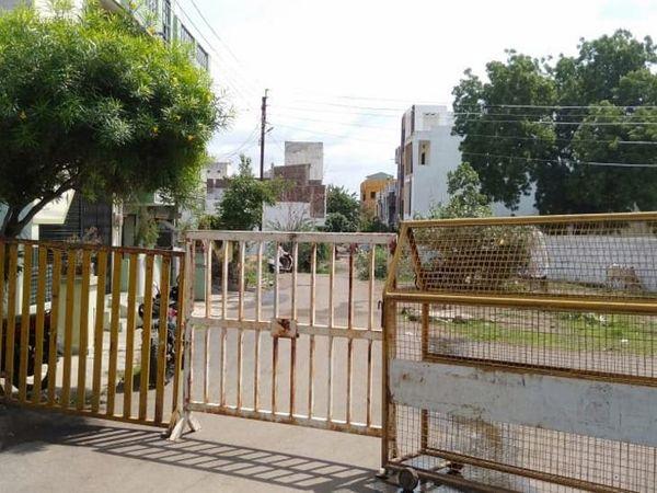 लगातार संक्रमितों की संख्या बढ़ने के बाद अमित नगर क्षेत्र को कंटेनमेंट एरिया घोषित कर यहां आवाजाही को रोक दी गई। - Dainik Bhaskar