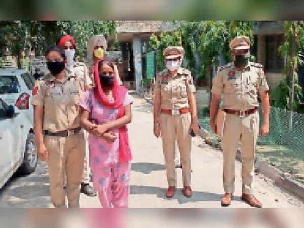 आरोपी को पेश करने के लिए कोर्ट ले जाती पुलिस। - Dainik Bhaskar