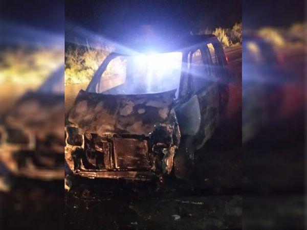 हादसे के बाद क्षतिग्रस्त कार। कार चालक जिंदा जल गया। - Dainik Bhaskar
