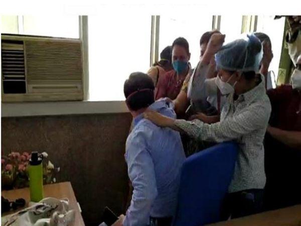 सिविल अस्पताल में डॉक्टर की पिटाई करते हुए नर्स। - Dainik Bhaskar