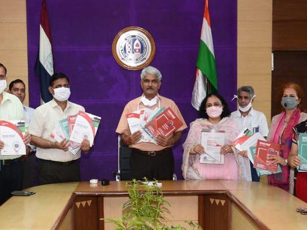 महर्षि दयानंद यूनिवर्सिटी के कुलपति प्रोफेसर राजबीर प्रॉस्पेक्टस जारी करते हुए। - Dainik Bhaskar