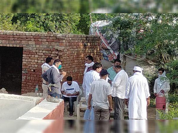 घटना की जानकारी मिलने पर पहुंची पुलिस टीम मामले में कार्रवाई करते हुए। - Dainik Bhaskar