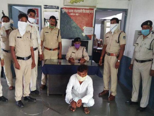 मुखबिर की सूचना पर पुलिस ने आरोपी को घेराबंदी कर पकड़ा। - Dainik Bhaskar