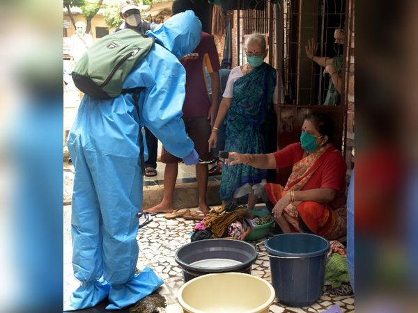 मुंबई के नए हॉटस्पॉट बने कुरार गांव में बीएमसी कर्मचारियों ने मास स्क्रीनिंग का काम शुरू किया है।