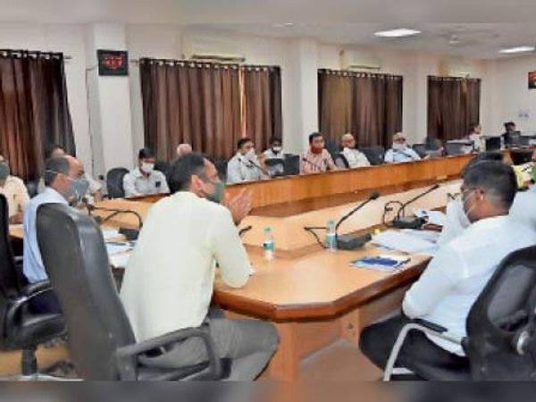 जींद. बैठक में भाग लेते एसडीएम व अन्य अधिकारी। - Dainik Bhaskar