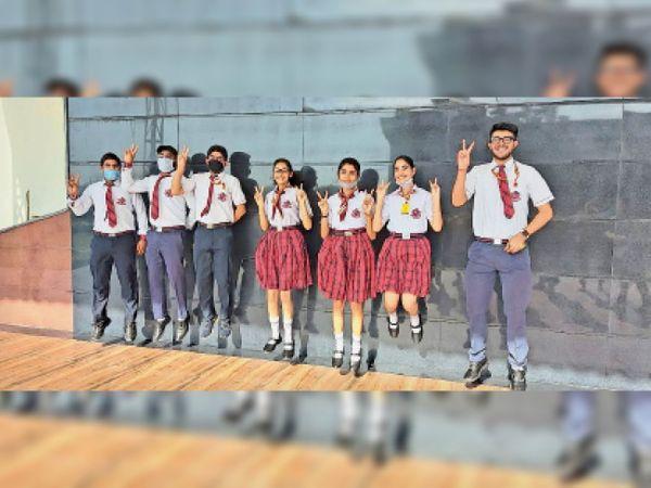 करनाल. मोंटफोर्ट वर्ल्ड स्कूल के विद्यार्थी परीक्षा परिणाम के बाद खुशी जाहिर करते हुए। - Dainik Bhaskar