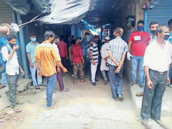 संजय मार्केट में दुकानों को बंद कराती जेएनएसी  की टीम - Dainik Bhaskar