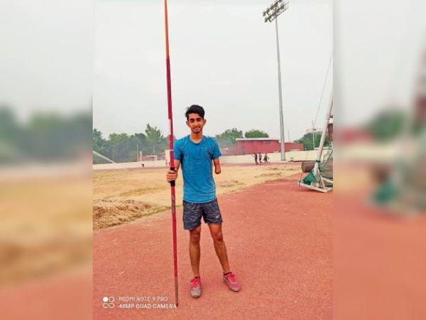 कर्ण स्टेडियम में जैवलिन थ्रो की तैयार करता कर्णजोत सिंह। - Dainik Bhaskar