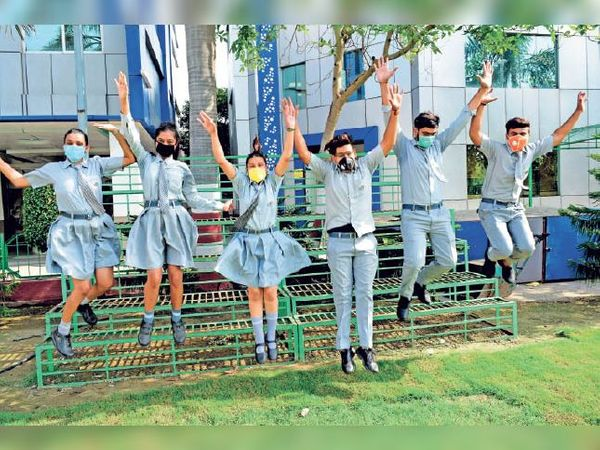 सोनीपत. लिटिल एंजेल स्कूल के विद्यार्थी परीक्षा परिणाम के बाद खुशी जाहिर करते हुए। - Dainik Bhaskar