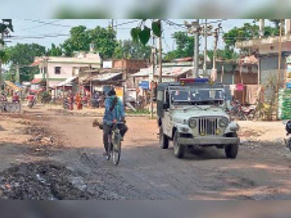 शंकरपुर में मंगलवार को गश्त करती पुलिस। - Dainik Bhaskar