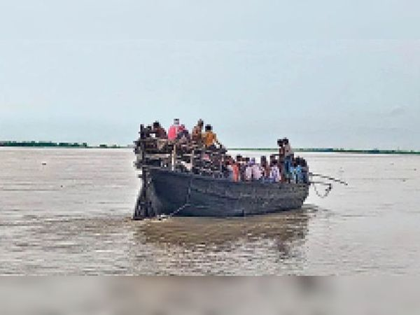 सलखुआ के बगेवा घाट पर कुछ यूं ओवरलोडिंग कर चल रही है नाव। - Dainik Bhaskar