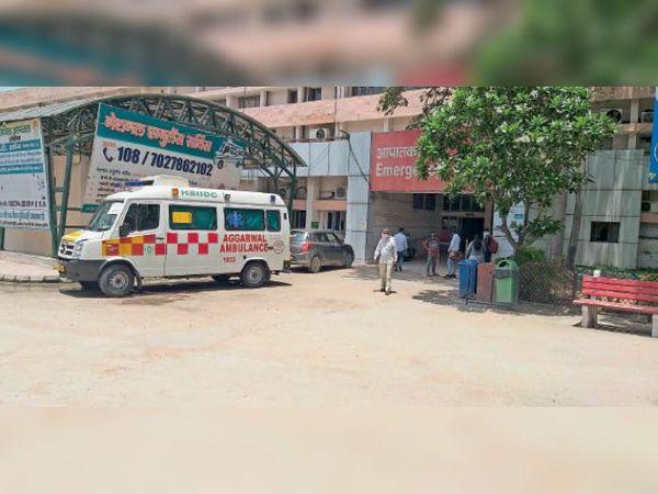 सोनीपत. नागरिक अस्पताल इमरजेंसी वार्ड के बाहर मरीजों के लिए खड़ी एम्बुलेंस। - Dainik Bhaskar