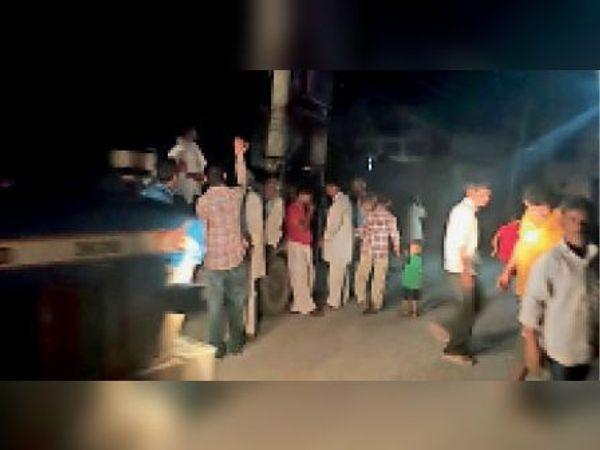 सिसाय में बिजली के तार टूटकर गिरने के बाद मौके पर इकट्ठा हुए लोग। - Dainik Bhaskar