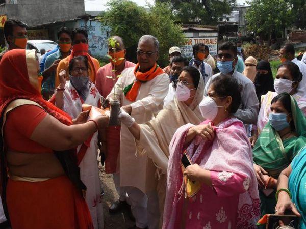 कहां है सोशल डिस्टेंसिंग : इंदौर में सांवेर विधानसभा उपचुनाव को लेकर भाजपा द्वारा हर-हर मोदी, घर-घर तुलसी अभियान चलाया जा रहा है, इसमें सोशल डिस्टेंसिंग की धज्जियां उड़ाई जा रही हैं। - Dainik Bhaskar