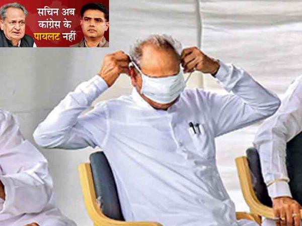 फोटो सोमवार को सीएम हाउस पर हुई विधायकों की बैठक की है। गहलोत मास्क पहन रहे हैं। तब राज्य की सियासत में कुछ स्पष्ट नहीं था। पर अब गहलोत ने काफी कुछ कवर करने की कोशिश की है। मंगलवार को पायलट पार्टी और सरकार में पदों से हटा दिए गए। गहलोत अब विधायकों को साधने की जुगत में हैं। - Dainik Bhaskar