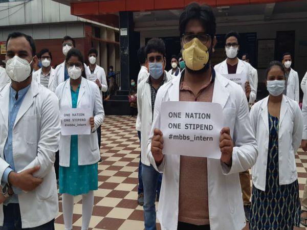 अपनी मांगों को लेकर स्वरूपरानी अस्पताल के बाहर प्रदर्शन करते जूनियर डॉक्टर। - Dainik Bhaskar