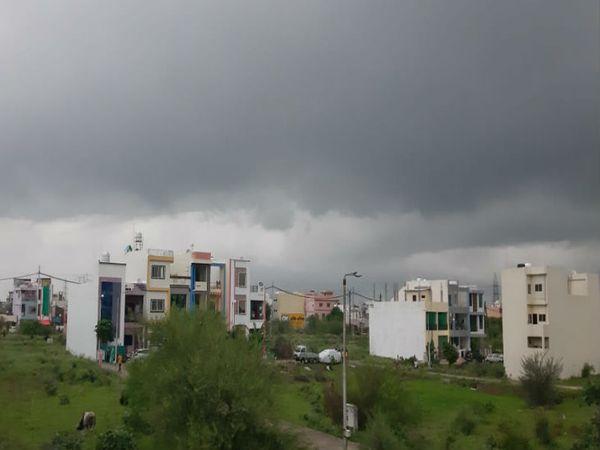भोपाल में मंगलवार को बादल छाए रहे, लेकिन बारिश की एक बूंद नहीं गिरी। इससे मौसम में उमस भरी गर्मी रही। - Dainik Bhaskar