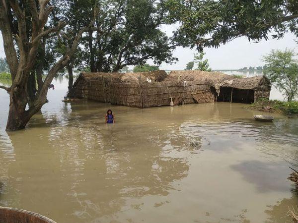 यूपी में बहराइच के महसी तहसील के कई इलाकों में बाढ़ का पानी भर गया है जिससे लोगों का जनजीवन बुरी तरह से प्रभावित हुआ है। - Dainik Bhaskar