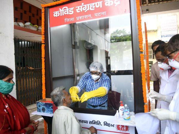 फोटो बिहार में पटना शहर की है। यहां 16 जुलाई से लॉकडाउन लागू हो जाएगा। मंगलवार को कोविड-19 सेंटर पर स्वास्थ्यकर्मी ने लोगों से स्वाब सैंपल लिए। - Dainik Bhaskar