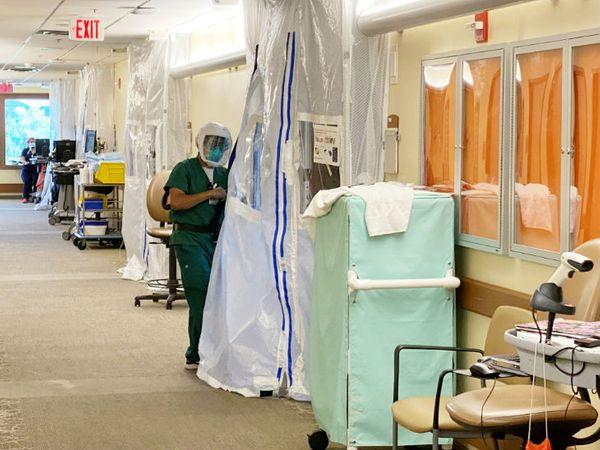 कैलिफोर्निया के एक हॉस्पिटल में प्रोटेक्टिव सूट पहने एक महिला स्वास्थ्यकर्मी। अमेरिका के सबसे ज्यादा आबादी वाले इस राज्य में अब तक करीब 8 हजार मौतें हो चुकी हैं।