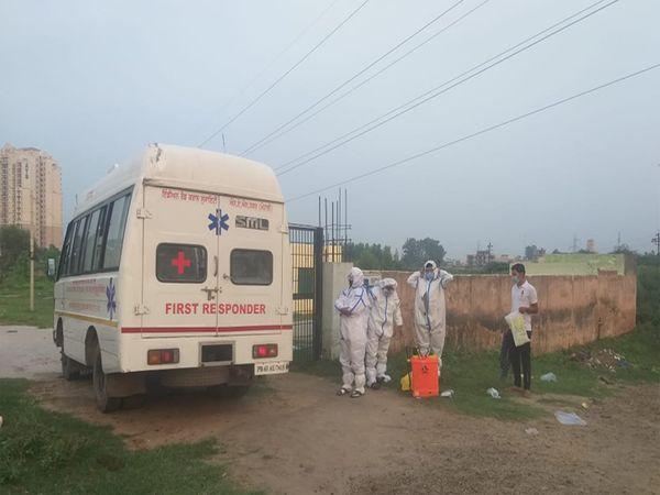 कोरोना पॉजिटिव मरीज को दफनाने के बाद उसका भाई जो कोरोना पॉजिटिव था, सीधे अस्पताल की ओर रवाना हो गया। फोटाे मनाेज राजपूत - Dainik Bhaskar