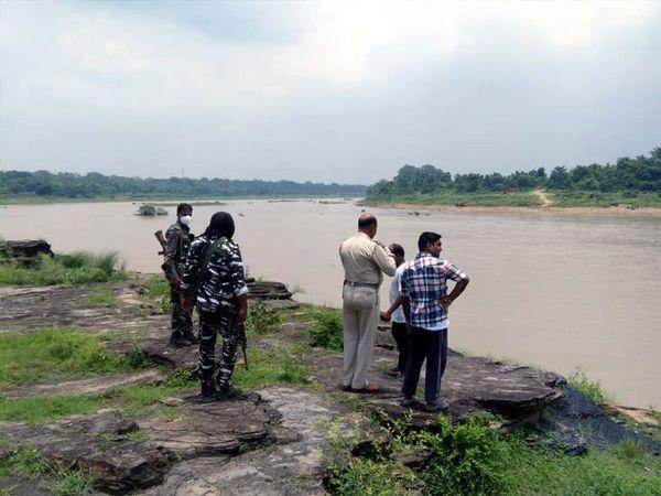 घटनास्थल पर मौजूद पुलिस। सोमवार को युवक के डूबने के बाद पुलिस ने गोताखोरों की मदद से शव की तलाश की थी लेकिन सफलता नहीं मिली थी। - Dainik Bhaskar