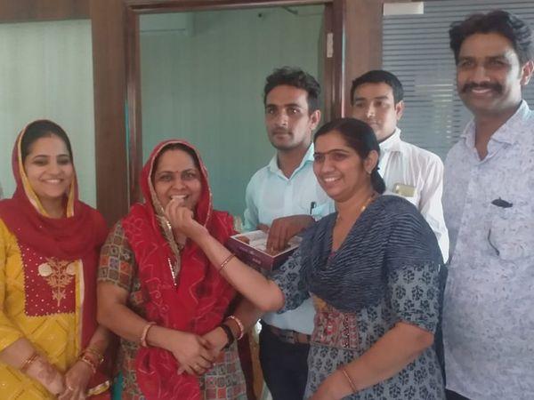 सीकर। शिक्षा मंत्री गोविंद सिंह डोटासरा को प्रदेश कांग्रेस अध्यक्ष बनाए जाने पर उनके परिवार में एक दूसरे का मुंह मीठा कर दी बधाई।