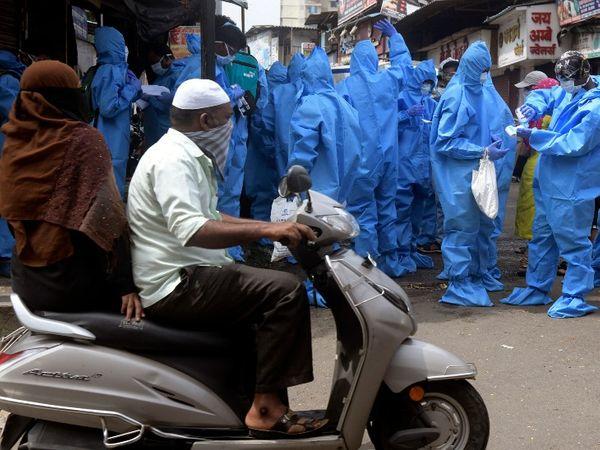 मलाड के कुरार इलाके में डोर-टू-डोर स्क्रीनिंग के लिए जाते हुए बीएमसी के कुछ स्वास्थ्यकर्मी।