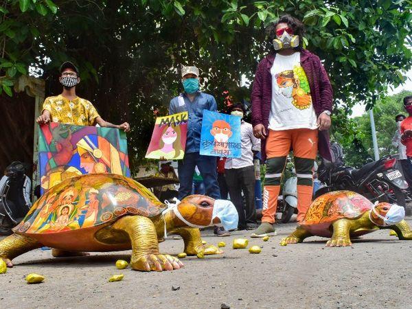 महाराष्ट्र के सोलापुर में कोरोनावायरस के प्रसार को रोकने के लिए और मास्क पहनने को लेकर जागरूकता पैदा करने के लिए कलाकार सचिन खरात और उनकी मंडली ने स्ट्रीट प्ले का अनूठा तरीका खोजा है।