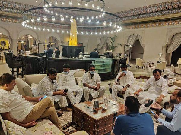 सुबह मुख्यमंत्री गहलोत ने सबसे पहले सभी विधायकों के साथ चर्चा की। इसके बाद मंत्रियों और बड़े नेताओं के साथ मीटिंग शुरू हो गई।