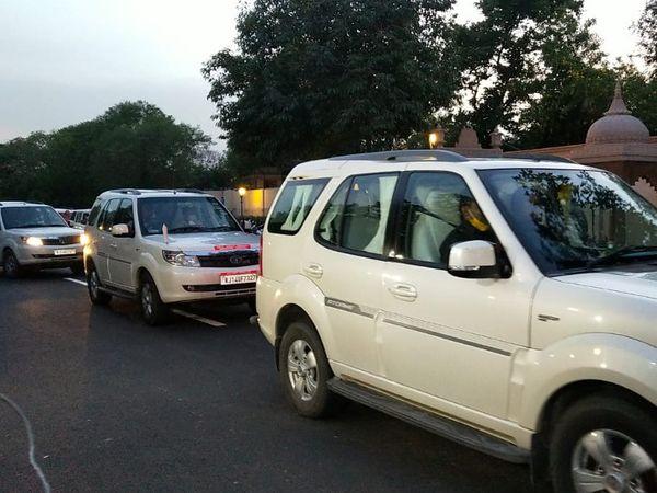 कई मंत्री और अधिकारी अपनी गाड़ी से पहुंचे।