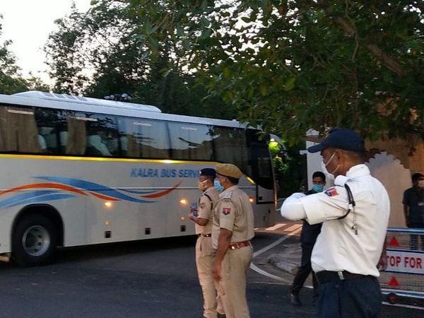 सीएम आवास के बाहर पुलिस और ट्रैफिक पुलिस का दल तैनात।