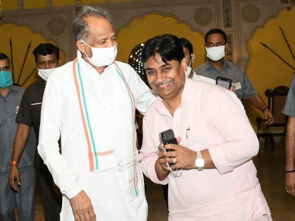 मुख्यमंत्री गहलोत ने गोविंद सिंह डोटासरा को पीसीसी चीफ बनने की बधाई दी।