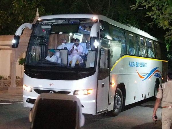 होटल वापस जाते वक्त गोविंद सिंह डोटासरा बस में सबसे आगे बैठे दिखे। - Dainik Bhaskar