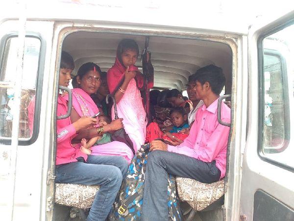 तस्वीर गढ़वा जिले के रमना प्रखंड की। कोरोना संक्रमण की रोकथाम के लिए सरकार और प्रशासन ने वाहन चालकों और यात्री गाड़ियों के लिए गाइड लाइन जारी किया है। इसके बावजूद यहां यात्री वाहनों में गाइडलाइन के विपरीत सवारियां बैठाई जा रही है। इस दौरान सोशल डिस्टेंसिंग का भी पालन नहीं हो पा रहा है।