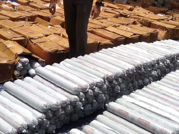 बरामद जिलेटिन की छड़ें। महागामा थाना में विस्फोटक अधिनियम की धारा के तहत मामला दर्ज कर आवश्यक कार्रवाई की जा रही है। - Dainik Bhaskar