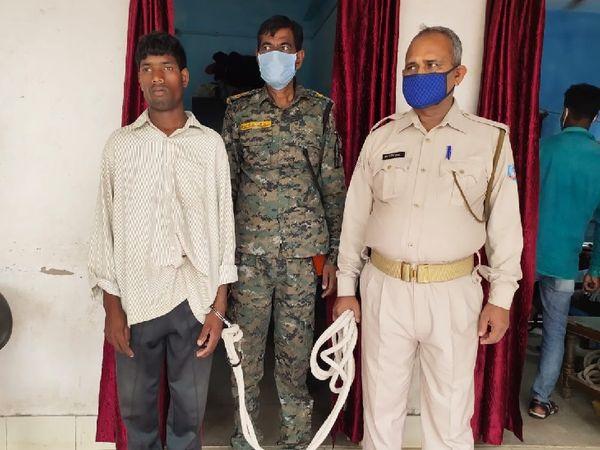 पुलिस हिरासत में आरोपी। नाबालिग ने आरोपी की पहचान कर ली है। - Dainik Bhaskar