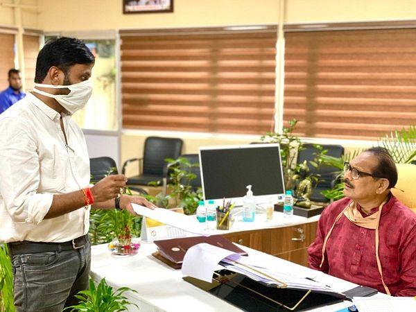 तस्वीर रायपुर की है। कांग्रेस नेता विनोद तिवारी ने स्कूल शिक्षा मंत्री प्रेम साय टेकाम से मिलकर इस मामले की जानकारी देते हुए अफसर पर कार्रवाई की मांग की। - Dainik Bhaskar