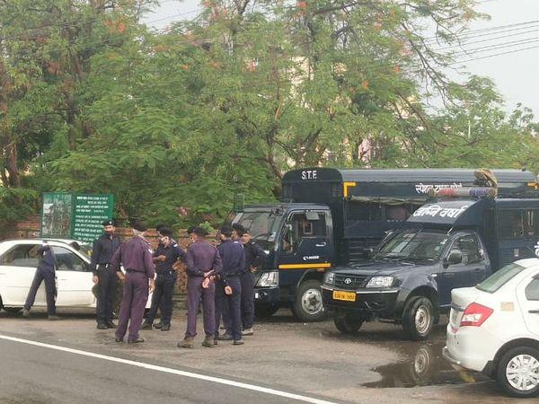 होटल फेयरमाउंट में सीएम अशोक गहलोत के साथ कई विधायक रुके हैं, लिहाजा सुरक्षा कड़ी कर दी गई है।