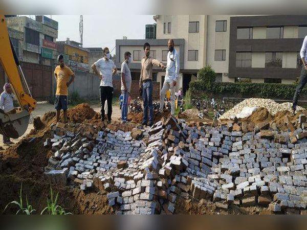 लुधियाना के ग्यासपुरा में फैक्ट्री की दीवार गिर जाने के बाद दबे लोगों को निकालने के लिए मलबे को हटाती जेसीबी। - Dainik Bhaskar