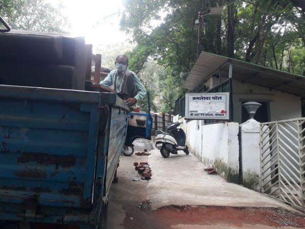 पूर्व मंत्री कमलेश्वर पटेल का बंगला, जिसे खाली कराने के लिए मंगलवार को संपदा विभाग की टीम उनके बंगले पहुंची, लेकिन उन्होंने बंगला खाली नहीं किया। - Dainik Bhaskar