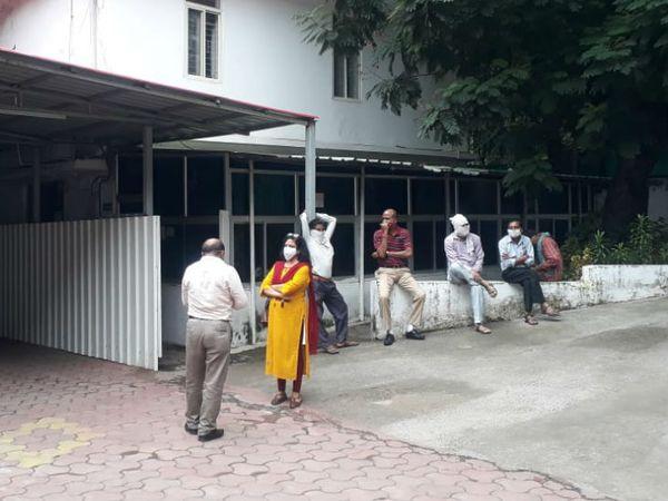 संपदा विभाग की टीम, बंगला खाली कराने पहुंची और इंतजार करती रही। बाद में उन्हें खाली हाथ लौटना पड़ा।
