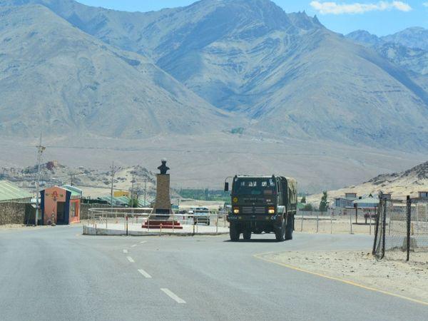 रविवार का फोटो लेह में एलएसी की तरफ जाते आर्मी के ट्रक का है। 15 जून को गलवान में भारत-चीन के बीच हिंसक झड़प के बाद इलाके में सेना का मूवमेंट बढ़ गया है। - फाइल फोटो - Dainik Bhaskar