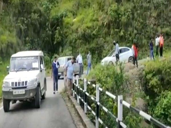 मंडी में सड़क हादसे में दो युवकों की मौत हो गई। कार खाई में लुढ़क गई। मौके को देखने पहुंचे अधिकारी। - Dainik Bhaskar