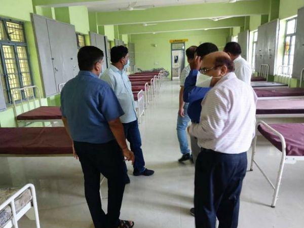 पांचली स्थित मंडलीय होमगार्ड प्रशिक्षण केंद्र में बनाए जा रहे 250 बेड के कोविड अस्पताल का निरीक्षण करते अधिकारी। - Dainik Bhaskar