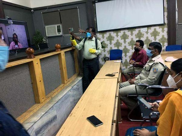 डीसी डॉ. भुवनेश प्रताप सिंह ने वीडियो कॉन्फ्रेंसिंग के माध्यम से प्रेसवार्ता की। - Dainik Bhaskar