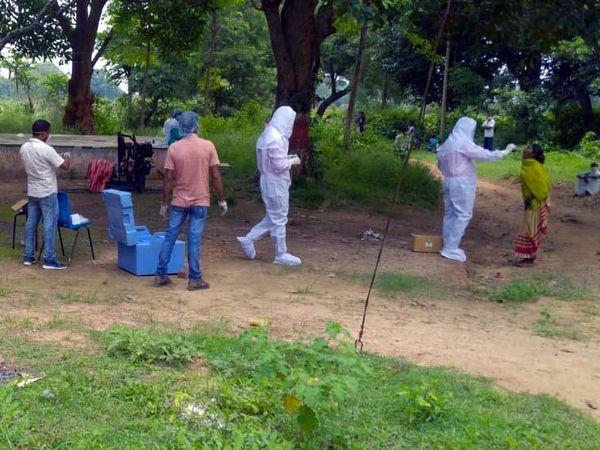 लातेहार स्थित चंदवा के रूद गांव में कोरोना टेस्ट के लिए लोगों के स्वाब का सैंपल लेती मेडिकल टीम। - Dainik Bhaskar