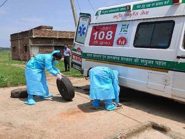 तस्वीर चतरा के पत्थलगडा इलाके की। कोरोना के मरीज को अस्पताल में भर्ती के लिए लौट रही एंबुलेंस के पंक्चर होने के बाद टायर बदलते स्वास्थ्य कर्मी। पत्थलगडा गांव से एक मरीज को लेकर दूसरे मरीज को लेने दुंबी गांव पहुंची एंबुलेंस पंक्चर हो गई। स्वास्थ्य कर्मी पीपीई किट पहने थे और गर्मी से परेशान थे। आसपास कोई गैरेज या मिस्त्री के न होने के बाद खुद ही उन्होंने टायर बदला।
