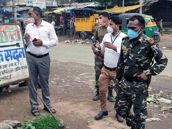 प्रशासनिक और पुलिस अधिकारी व जवानों ने फ्लैग मार्च किया। - Dainik Bhaskar
