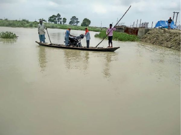 नाव से नदी पार करते लोग। - Dainik Bhaskar